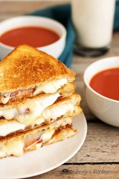 Our grown up bacon grilled cheese sandwich takes your old fashioned grilled chee… Our grilled cheese bread with bacon takes your old-fashioned grilled cheese and refines it with bacon, brie, minster and mozzarella. Brie Sandwich, Roast Beef Sandwich, Cheese Sandwich Recipes, Grilled Cheese Recipes, Grilled Sandwich, Pork Recipes, My Recipes, Cooking Recipes, Favorite Recipes