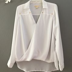 Michael Kors blouse white only 2 uses Michael Kors blouse white only 2 uses Michael Kors Tops Blouses