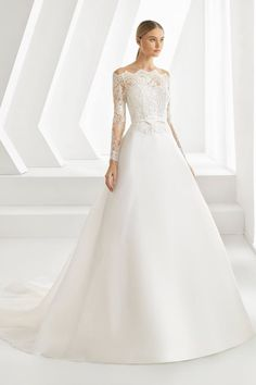 Discover the most beautiful wedding dresses from the collection of wedding dresses. the perfect wedding dress is easy to find with these models. Unique, elegant and beautiful wedding dresses. Find Your Dream wedding dress. Wedding Dress Silk, Minimal Wedding Dress, Lace Wedding Dress With Sleeves, Wedding Dress Trends, Modest Wedding Dresses, Designer Wedding Dresses, Bridal Dresses, Wedding Gowns, Wedding Ideas