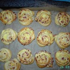 Schnelle Käse-Schinken-Schnecken mit Schmand. Aus nur 4 Zutaten kannst du diese Leckerbissen zaubern. 😋 #snack Party Finger Foods, Tapas, Buffet, Brunch, Appetizers, Bread, Baking, Dinner, Breakfast