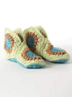 These Cute and Cozy Granny Square Slippers will keep your feet warm all year long. The crochet granny square pattern is easy to work up. Before you know it, you will have a funky pair of crochet slippers you can keep or give as a gift. Granny Square Slippers, Granny Square Häkelanleitung, Granny Squares, Crochet Crowd, Free Crochet, Knit Crochet, Easy Crochet, Beginner Crochet, Tutorial Crochet