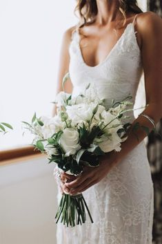 Simple wedding dress. Leave out the groom, for the time being let us concentrate on the bride who views the wedding as the very best day of her life. With that reality, then it is definite that the wedding garment should be the best.