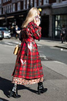 Galeria de Fotos London Fashion Week: confira 80 looks do street style do Inverno 19 // Foto 16 // FFW London Fashion Weeks, Tartan Fashion, Fashion Outfits, Tartan Mode, Imper Pvc, Red Raincoat, Fashion Photography Inspiration, Raincoats For Women, Rain Wear