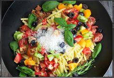 Sommer-Bolognese mit Oliven und verschiedenen Tomatensorten