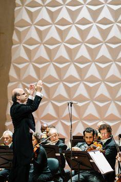 Roberto Tibiriçá rege a Orquestra Sinfônica Brasileira na Sala Cecília Meireles. Foto: Cicero Rodrigues