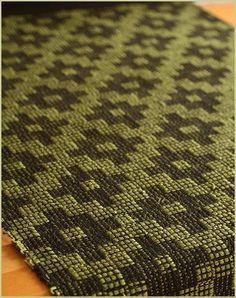 スウェーデンのヤムトランド地方に伝わるドレル織り ヤムトランドドレルのランチョンマットをかけました 大柄で個性的な模様なので皆様の好みが分かれるか...
