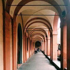 @valeriamoschet Una passeggiata imperdibile di #Bologna é quella sotto i portici di via Saragozza. Io vi consiglio di farla una mattina tutta di un fiato, osservando i piccoli bar e le vecchie botteghe che si incontrano su questa via