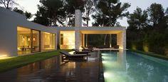 Piscina - Casa minimalista na Espanha (Foto: Mariela Apollonio/ divulgação)