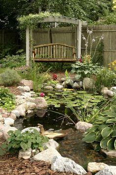 amplio estanque con lugar de descanso