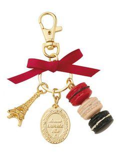 Portachiavi simbolo ispirato al mondo dei mitici macaron, Ladurée (€ 29)                                    CHARMS, I LOVE THESE!