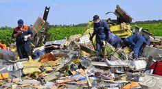 Militiamen rifle through the belongings of MH17 victims - Yahoo!7