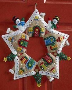 Felt Applique Christmas Stockings and Ornaments (Page Christmas Wall Hangings, Felt Christmas Decorations, Felt Christmas Ornaments, Christmas Stockings, Homemade Christmas, Christmas Wreaths, Christmas Crafts, Crochet Christmas Wreath, Christmas Projects