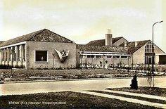 Meester Hoogeveenschool (OLS), later De Jint aan de Ljurkstrjitte; de school is gebouwd in 1964 en afgebroken in 1994; aan de muur een kunstwerk van Chris Fokma.