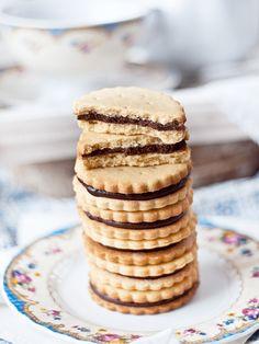Receta de las clásicas galletas príncipe, las galletas de nuestra infancia, acompañada de un detallado paso a paso para poder disfrutarlas de manera casera