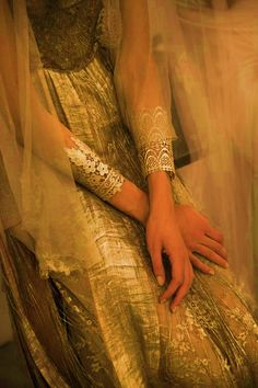 #celtic #oriental #bride #traditional #veil #hands #details #wedding #dress #gold #fashion #soft #gorgeous #broceliante