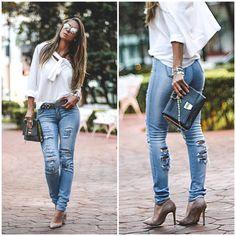 Look do dia com calça jeans destroyes e camisa branca