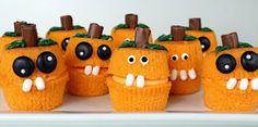 Try these deliciously creepy Halloween cupcakes for your next party. They're easy to make, easy to eat, and they look so good. Sure to dazzle your Halloween party guests! Halloween Desserts, Halloween Cupcakes, Spooky Halloween, Table Halloween, Halloween Treats To Make, Halloween Goodies, Halloween Birthday, Holidays Halloween, Halloween Ideas