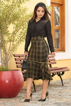 2555 - Saia em alfaiataria xadrez c/ forro det. vivos mostarda in 2019 African Fashion Skirts, African Print Fashion, Fashion Dresses, Curvy Outfits, Stylish Outfits, Sexy Blouse, Professional Outfits, Vintage Style Dresses, How To Look Classy