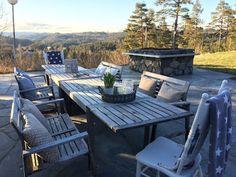 Landliv med sjel og sjarm Outdoor Furniture Sets, Outdoor Decor, Home Decor, Decoration Home, Room Decor, Interior Design, Home Interiors, Interior Decorating