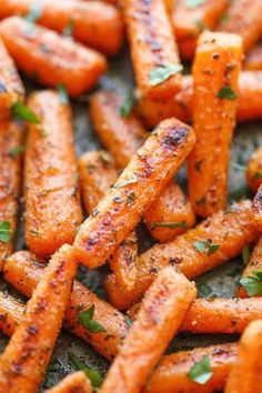 Easy Ranch Baby Carrots - Made with homemade Ranch seasoning and roasted to crisp-tender perfection. And all you need is 5 min prep and one pan. These are the best way to eat carrots that I have ever tasted. Side Dish Recipes, Vegetable Recipes, Vegetarian Recipes, Healthy Recipes, Recipes Dinner, Muffins Fit, Baby Food Recipes, Cooking Recipes, Baby Carrot Recipes