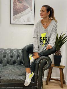 """Le pull POWER gris/jaune fluo de la marque Banditas est un pull coupe oversize, maille fine et col V, vous retrouverez confort douceur et légèreté avec sa touche de cachemire . Inscription """"Girl Power"""" sur le devant. Pulls, Boho Fashion, Urban, Boutique, Sash, Gray Yellow, Cashmere Wool, Gentleness, Cutaway"""