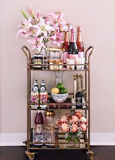 Use these convenient bar cart ideas in your apartment home. Over thirty bar cart ideas perfect for your apartment. Feed your design ideas now. Home Bar Decor, Bar Cart Decor, Ikea Bar Cart, Diy Bar Cart, Plywood Furniture, Bar Furniture, Luxury Furniture, Deco Table Noel, Gold Bar Cart