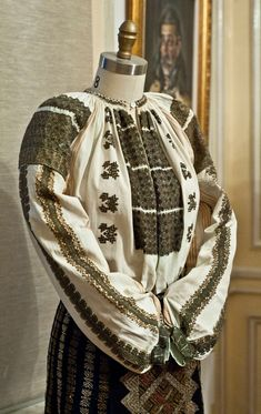 Ia Traditionala Romaneasca Folk Costume, Costumes, Fashion Illustration Vintage, Folk Embroidery, Dress Codes, Traditional Outfits, Cross Stitch Patterns, Style Inspiration, Clothes