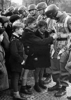 Boys are interested in the equipment of the fallschirmjäger who practice ground exercises in the Lustgarten. Narvik, German Soldiers Ww2, German Army, Luftwaffe, Paratrooper, German People, Germany Ww2, German Uniforms, War Photography