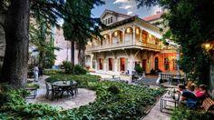 Le jardin du Cafe Littera nous plonge dans le charme 1900 de Tbilissi. C'est un jeu de dénicher les belles façades patinées des demeures aristocratiques du quartier de Sololaki.