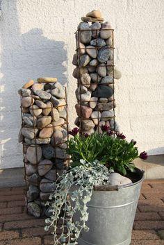 I går fortsatte jag med mina planteringar. Fick gjort några iallafall. Här har jag planterat i höga gameldags zinkkrukor med en söt blomma ...