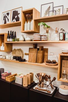 Gift Shop Interiors, Store Interiors, Cafe Interior Design, Retail Interior, Interior Styling, Store Layout, Regal Design, Shelving Display, Wall Shelving