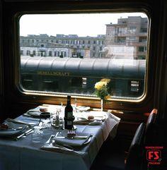 Carrozza ristorante con tavola apparecchiata sul prestigioso elettrotreno ETR 300 Settebello Milano-Roma (1962)
