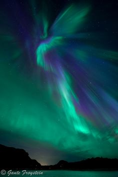 Angel Aurora over Geitvagen, Nordland, Norway. Beautiful Sky, Beautiful Places, Beautiful Pictures, Northen Lights, Image Nature, Tumblr Wallpaper, Natural Phenomena, Lock Screen Wallpaper, Nature Pictures
