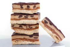 """Her er en kage til alle mine cookie dough lovers derude! I kender måske kagen der går under navnet """"Millionaire bars"""". Det er en kage der består af en kiksebund (såkaldt shortbread), karamel og chokolade. Her kommer så den lidt vildere version af en millionaire bar, som så logisk selvfølgelig skal hedde Billionaire bar! Denne …"""