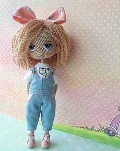 Yarn Dolls, Knitted Dolls, Crochet Dolls, Crochet Crafts, Crochet Doll Pattern, Easy Crochet Patterns, Doll Patterns, Diy Crochet For Beginners, Crochet Doll Clothes