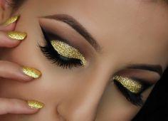 maquillage yeux en or pailleté, eye-liner noir et cils artificiels