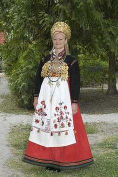 Digitalt Museum - En serie bilder av kvinne i brudedrakt fra Telemark. Art Costume, Folk Costume, European Costumes, Snow Dress, European Dress, Swedish Royalty, Folk Fashion, Bridal Crown, Traditional Dresses