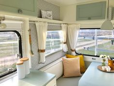 Great Free Vintage Caravans renovation Concepts Is the caravan just about all substance, absolutely no design? This is a good reason to improve your interior. Diy Caravan, Caravan Vintage, Caravan Decor, Camper Caravan, Vintage Caravans, Caravan Curtains, Caravan Ideas, Diy Camper, Tyni House