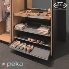 Peka System es una línea de productos de fabricación suiza especializada en fabricar sistemas de extracción con bandejas.  ¿Bandejas extraíbles para almacenar zapatos y ropa? ¡Por qué no!  #closetorganization #closetdesigns #closet #diseñodeinteriores #herrajes Shoe Rack, Innovation, Candy, Kitchen, Design, Shoe Storage Solutions, Built In Robes, Switzerland, Trays