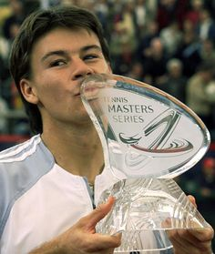 Guillermo Sebastián Coria (13 January 1982, Rufino, Argentina) is a former Argentine ex professional tennis nicknamed the magician, in 2000, he became professional. In 2004 it took hold as the third best player in the world behind Roger Federer and Andy Roddick. It came as the clear favorite to win the Roland Garros tournament and be the main opponent of Roger Federer for the number one ranking, after comfortably beating all his rivals, lost an incredible end to Gastón Gaudio.