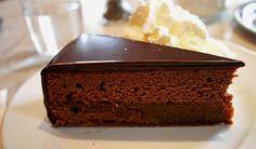 Ünü önce Avusturya'da daha sonra dünyaya sıçrayan lezzeti emsalsiz ve damaklarda hayranlık bırakan Sachartorte dünyaca ünlü lezzetler arasında ha.. Recipe Mix, Sweet And Salty, Cream Cake, Cake Cookies, Cupcakes, Patisserie, Chocolate Cake, Cake Recipes, Banana Bread