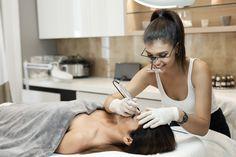 Beauty terapist working in salon.