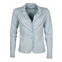 Geisha blazer in jersey kwalitet. Dit getailleerde model in lichtblauwe kleur heeft een een reverskraag. De blazer heeft lange mouwen en heeft 2 steekzakjes en is tevens verkrijgbaar in donkerblauw. € 59,99