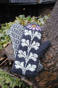 Katie's Mittens by Kristin Lamm, free pattern on Ravelry. Includes complete written instructions, charts for floral pattern and palm motif, and instructions for optional ribbed lining. Bonnet Crochet, Crochet Mittens, Mittens Pattern, Knitted Gloves, Knit Or Crochet, Knitting Charts, Knitting Stitches, Knitting Socks, Hand Made