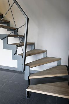 Yves Deneyer - Menuiserie métallique - Ferronnerie Wooden Staircase Railing, Luxury Staircase, Modern Stair Railing, Stair Railing Design, Stair Handrail, Modern Stairs, Banisters, Metal Barn Homes, Escalier Design