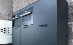 Zwarte inbouw apparatuur in lavazwarte satijnlak keuken van Next125