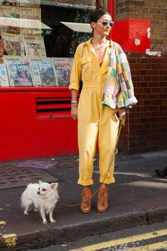 A street style star in a yellow jumpsuit at London Fashion Week (Photo: Getty Images) Cool Street Fashion, I Love Fashion, Star Fashion, Fashion Outfits, Milan Fashion Week Street Style, Street Chic, London Fashion Weeks, London Stil, Yellow Jumpsuit