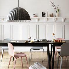 WEBSTA @ arkpad - No ambiente com estilo escandinavo, destaque para as peças da marca Muuto: como o pendente Under The Bell, feito de feltro, e a cadeira Visu, que tem design atemporal. #design #interiores #decor #arkpad #decoracao