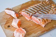 """Salmon with black linguine - Linguine """"al nero di seppia"""" com salmão  http://weekendly-project.blogspot.pt/2014/05/15-minutos-linguine-al-nero-di-seppia.html"""