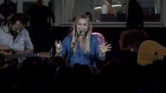 Rockchick Anouk Teeuwe (40) heeft 'Dominique' - het eerste Nederlandstalige nummer dat ze recent schreef als liefdesverklaring aan haar nieuwe vriend ...